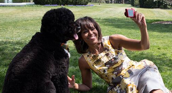 Michelle-Obama-with-Bo-selfie